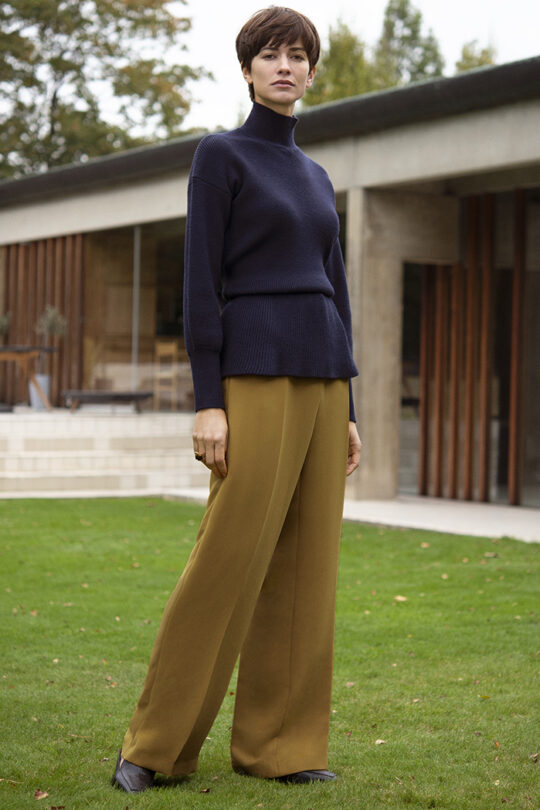https://thefoldlondon.com/wp-content/uploads/2015/08/191003_THE_FOLD_VERBIER_JUMPER_NAVY_ALVESCOT_TROUSER_YELLOW_026_v2-1.jpg