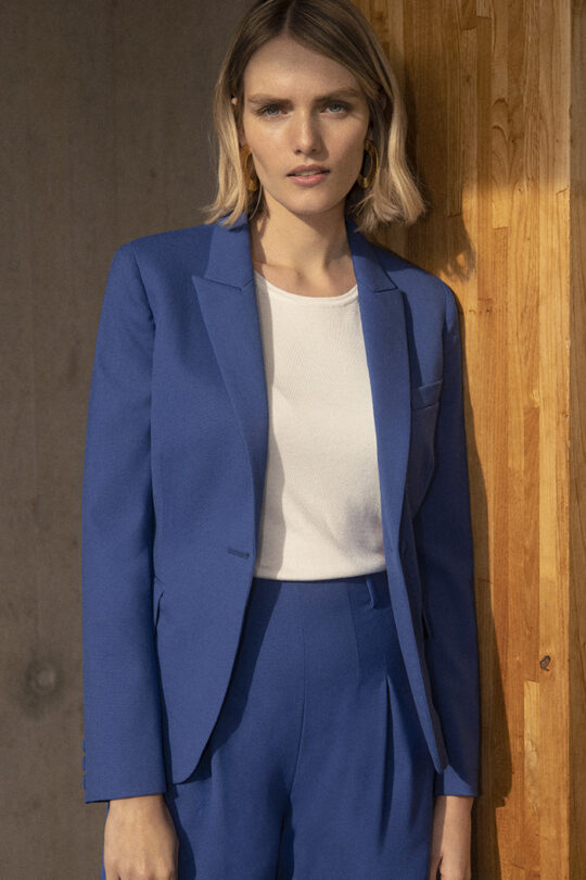 https://thefoldlondon.com/wp-content/uploads/2020/02/191106_THE_FOLD_HARTLEY_JACKET_BLUE_DJ034_HARTLEY_TROUSER_BLUE_DT042_077_v2.jpg