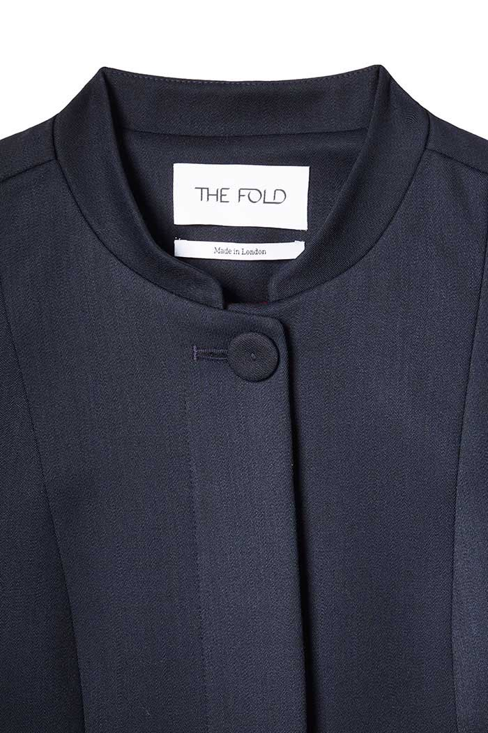 https://thefoldlondon.com/wp-content/uploads/2019/05/EC1_Long_Line_Jacket_NAVY_DETAIL.jpg