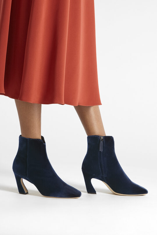 https://thefoldlondon.com/wp-content/uploads/2019/08/ROMA-BOOT_NAVY-VELVET_35351.jpg
