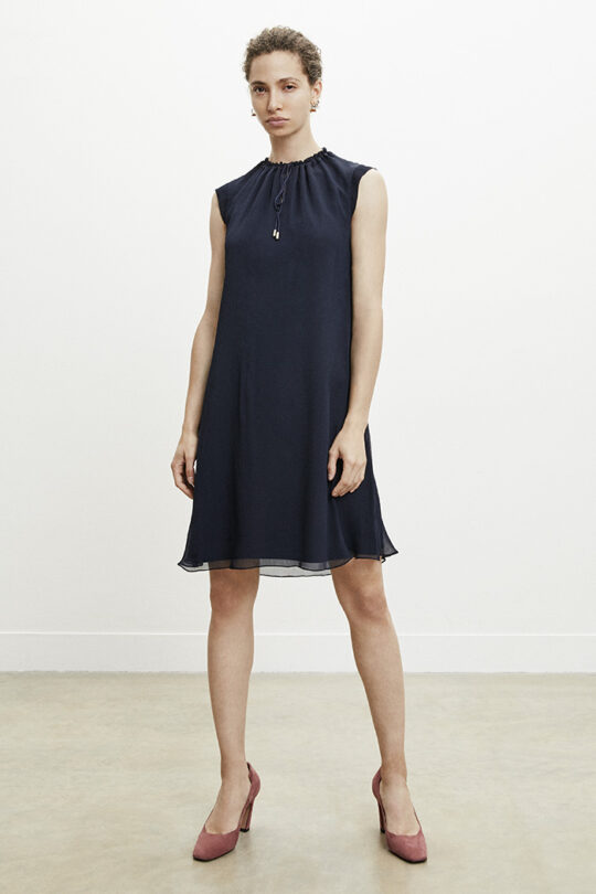 https://thefoldlondon.com/wp-content/uploads/2015/08/TheFold_Andeville_Dress_Navy_Crinkled_Georgette_DD204_v2.jpg
