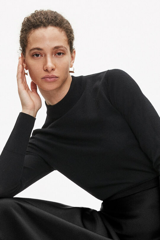 https://thefoldlondon.com/wp-content/uploads/2015/08/TheFold_Lille_High_Neck_Sweater_Black_Merino_DK039_v2.jpg