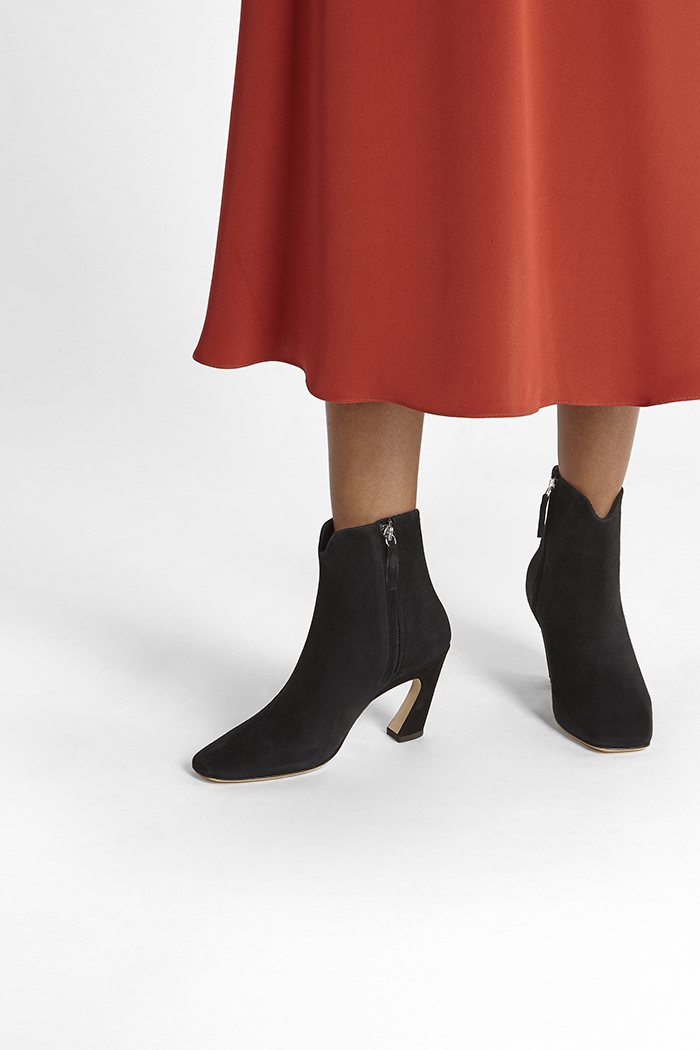 https://thefoldlondon.com/wp-content/uploads/2019/08/ROMA-BOOT_BLACK-SUEDE_35318.jpg