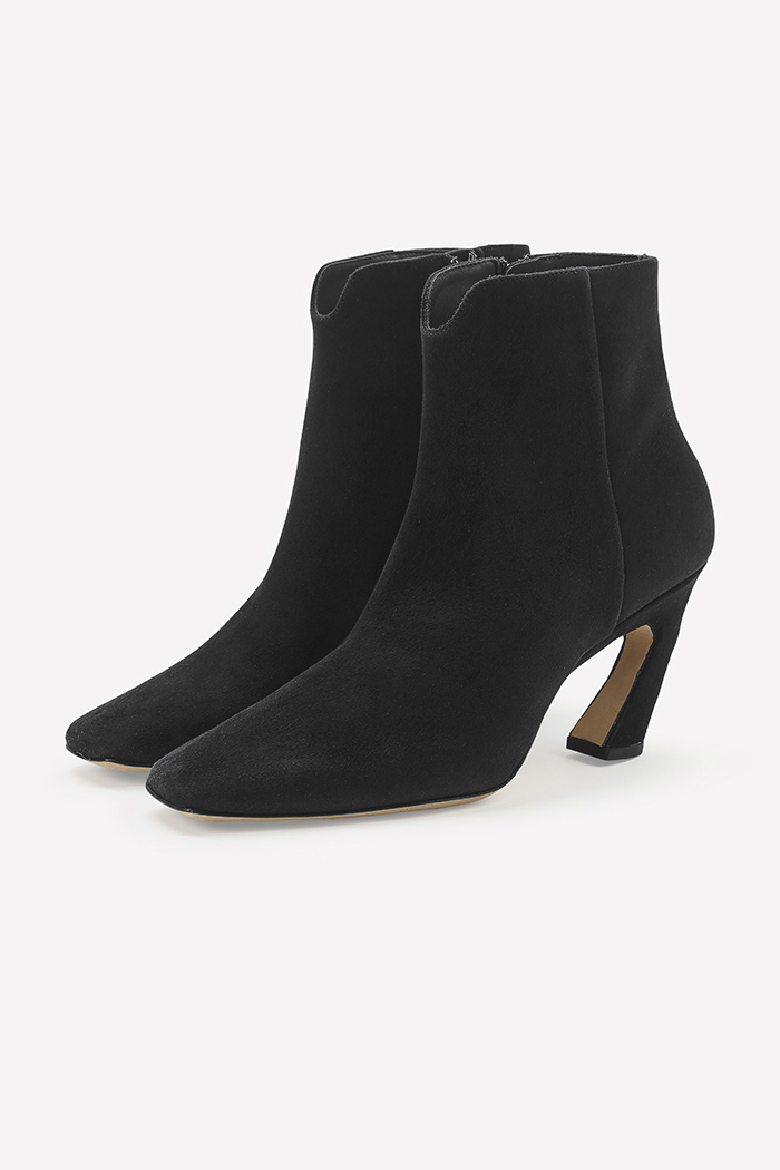 https://thefoldlondon.com/wp-content/uploads/2019/08/Roma_Black_Suede_1.jpg