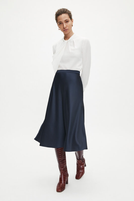 https://thefoldlondon.com/wp-content/uploads/2015/08/TheFold_KELMORE_MIDI_SKIRT_NAVY_SILK_DS035_2.jpg