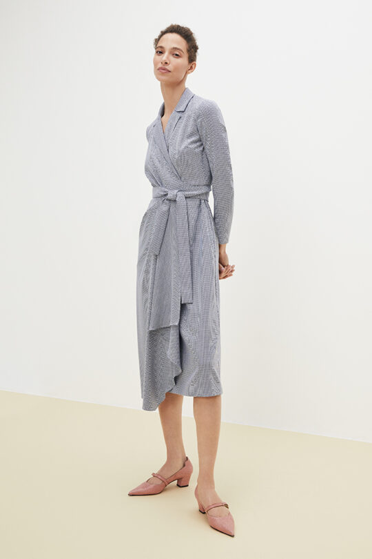 https://thefoldlondon.com/wp-content/uploads/2021/02/TheFold_Avignon_Wrap_Dress_Blue_Jacquard_DD189_2103_2_v2.jpg