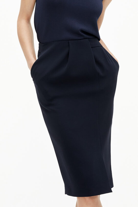 https://thefoldlondon.com/wp-content/uploads/2021/02/TheFold_Clever_Crepe_Pencil_Skirt_Navy_DS058_2103_2_v2.jpg