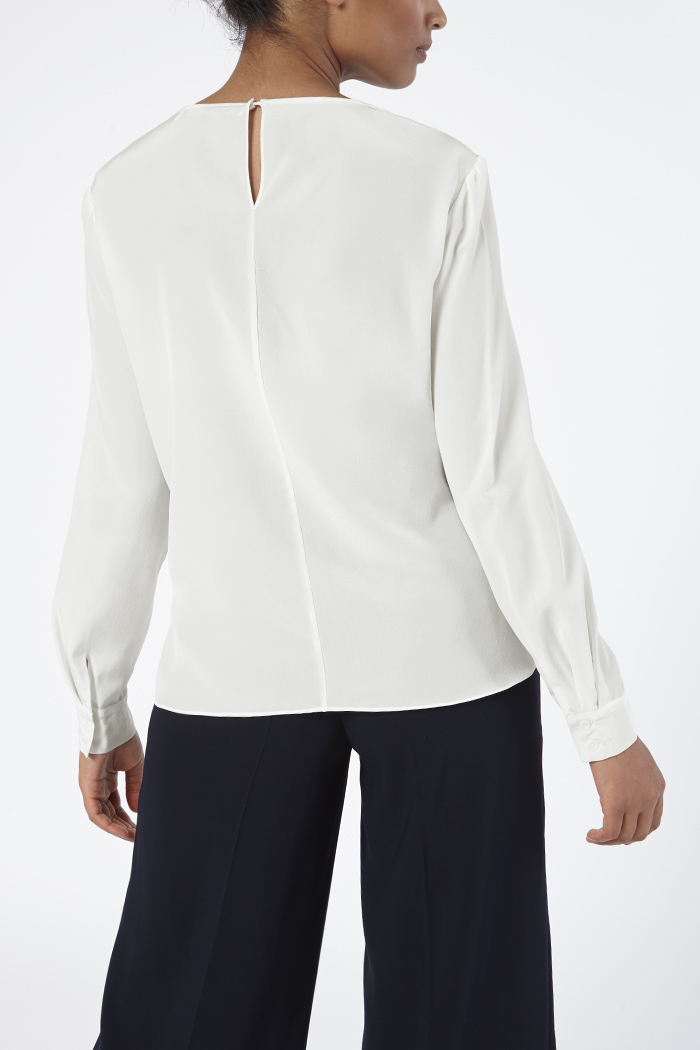 https://thefoldlondon.com/wp-content/uploads/2015/08/TheFold_Ayrshire_Blouse_Ivory_Silk_DB109_Back_v2.jpg