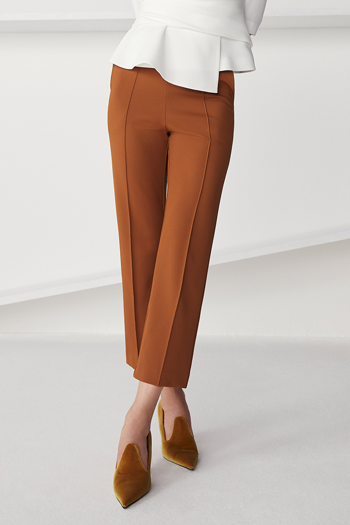 https://thefoldlondon.com/wp-content/uploads/2021/08/TheFold_Workout_Performance_4-Way_Stretch_Twill_Slim_Leg_Trousers_Toffee_DT094_2109_1_v2.jpg