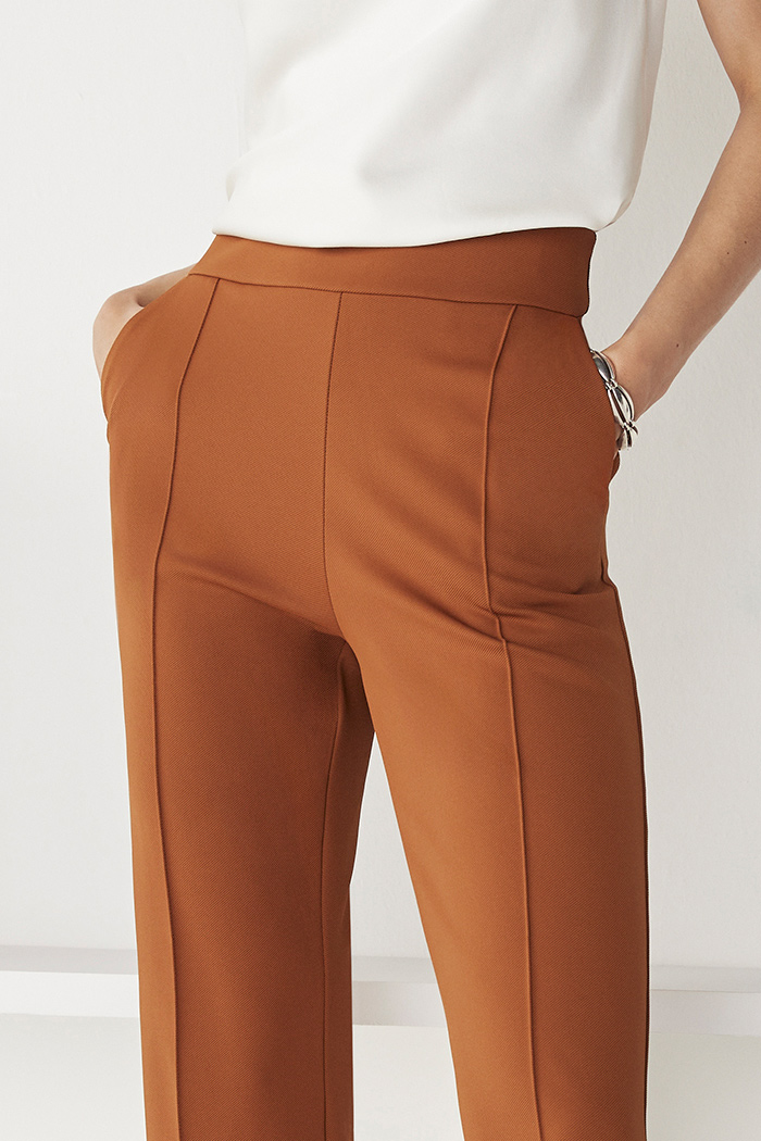 https://thefoldlondon.com/wp-content/uploads/2021/08/TheFold_Workout_Performance_4-Way_Stretch_Twill_Slim_Leg_Trousers_Toffee_DT094_2109_3_v2.jpg